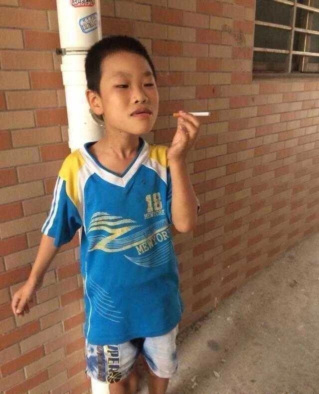 一小孩子在路边抽烟各种销魂姿势,然后被打一系列表情-i表情表情包